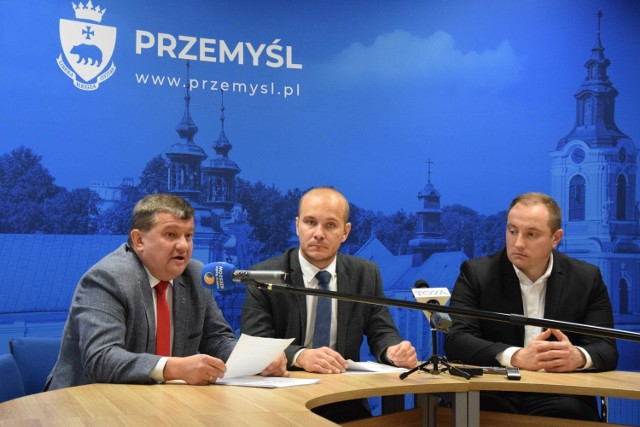 Konferencja prasowa radnych miejskich Prawa i Sprawiedliwości w Przemyślu. Nz. od lewej Andrzej Berestecki, Maciej Kamiński i Wojciech Rzeszutko.