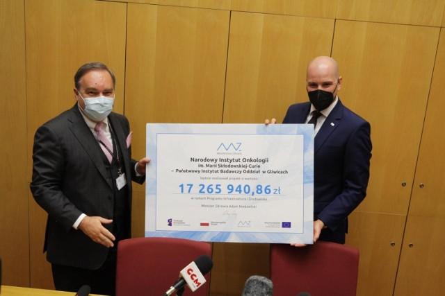 Wiceminister zdrowia Sławomir Gadomski i prof. Krzysztof Składowski, dyrektor gliwickiego oddziału Narodowego Instytutu Onkologii w Gliwicach