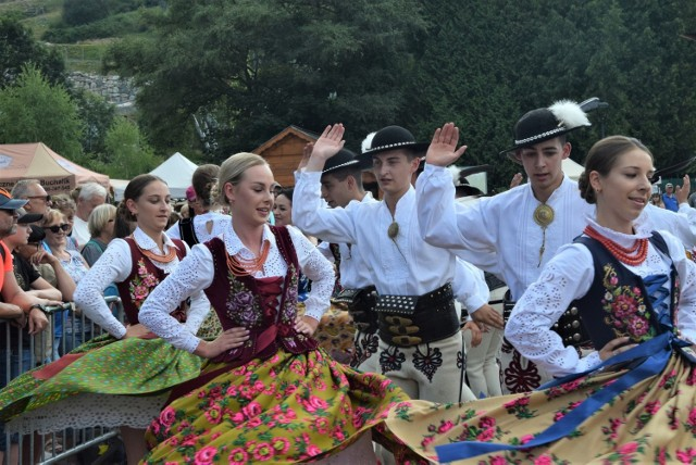 Barwny, rozśpiewany i rozmuzykowany korowód przeszedł dzisiaj 24 lipca po południu przez centrum Wisły tym samym inaugurując 58. Tydzień Kultury Beskidzkiej.