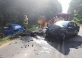 Czołowe zderzenie w lesie pod Olesnem, trzy osoby ranne