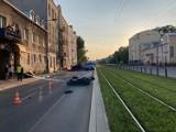 Śmiertelny wypadek na ulicy Grochowskiej w Warszawie. Nie żyje motocyklista. Kierowca osobówki uciekł z miejsca zdarzenia. Szuka go policja