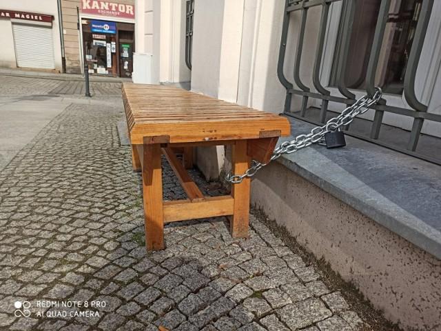 Ławka przed Urzędem Miasta w Wałbrzychu. Zaufanie podstawą więzi międzyludzkich