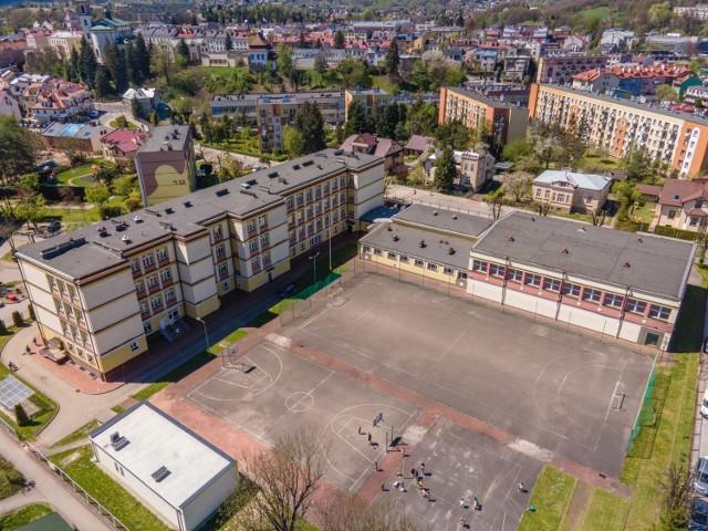 Znikną asfaltowe boiska koło kolejnej miejskiej szkoły