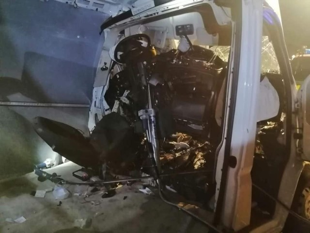 Do groźnego wypadku doszło w nocy, w środę, 30 czerwca. Na drodze nr 92 na wysokości Rzepina zderzyły się dwa busy. Jedna osoba została ranna.   - Wypadek miał miejsce około godz. 3.30 miedzy Rzepinem a Boczowem. – informują strażacy z OSP Boczów. - Jeden bus najechał na drugiego. Poszkodowana osoba została  zakleszczona w samochodzie. Trzeba było ją uwolnić.   Na miejscu działało 6 zastępów straży. Po wypadku droga została zablokowana. Został wyznaczony objazd przez Jerzmanice.  Czytaj także: Korytarz życia na drodze. Jak go utworzyć? Wystarczy przestrzegać kilku zasad!  Wideo: Jak się zachować, kiedy jesteśmy świadkami wypadku?  źródło: Dzień Dobry TVN/x-news