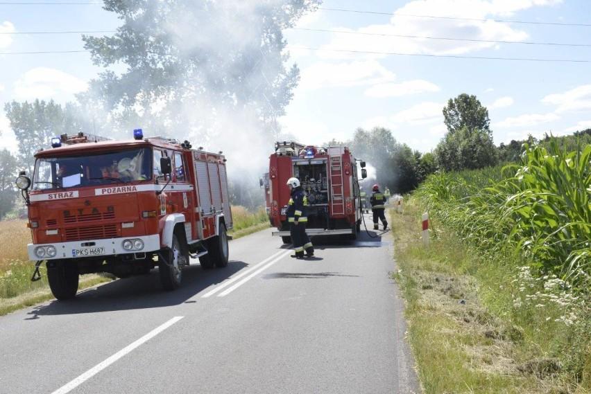 Pożar balotów słomy na przyczepie ciągnika, który jechał w stronę Bruszczewa