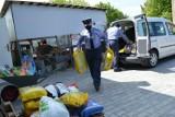 Strażnicy więzienni przekazali karmę dla bezdomnych zwierząt w Piotrkowie