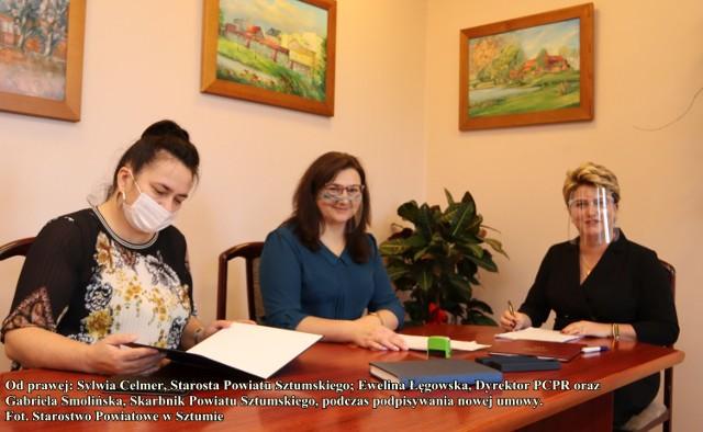 Podpisanie dokumentów: od prawej Sylwia Celmer, Ewelina Łęgowska i Gabriela Smolińska