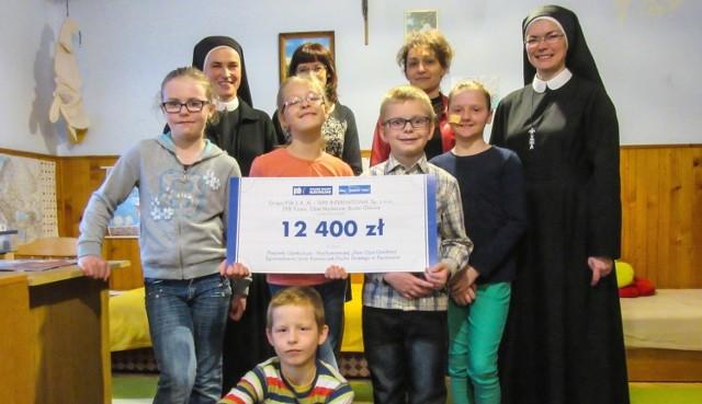 Czek na 12 tysięcy 400 złotych od Grupy PSB otrzymał w wielkanocnym prezencie dom dziecka w Pacanowie.