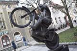 Czego brakuje przy pomniku Andrzeja Huszczy, legendy zielonogórskiego żużla?