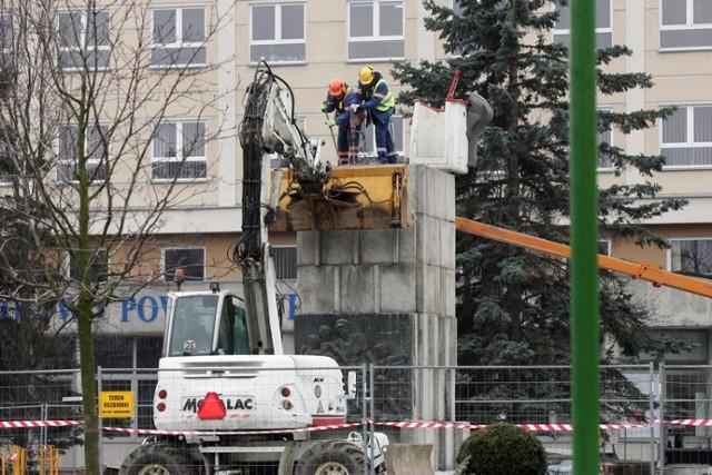 Demontaż cokołu pomnika Braterstwa Broni w Legnicy