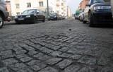 """Grudziądz. Na remont ul. Kościuszki nie ma pieniędzy. Problem """"rozwiązano"""" stawiając...znaki ostrzegające o nierównej jezdni. Zobacz zdjęcia"""