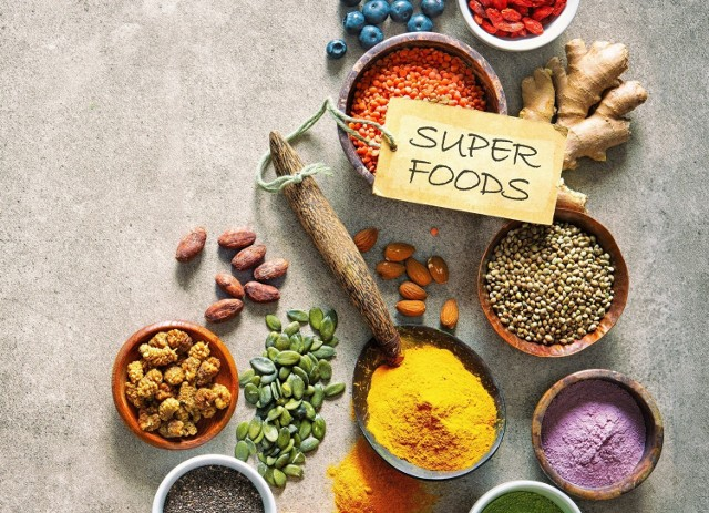 Superfoods, a po polsku superżywność, to produkty obfitujące w cenne składniki odżywcze, a dzięki temu uznawane za szczególne ważne dla zdrowia i dobrego samopoczucia.   Lista superproduktów jest długa, my natomiast proponujemy te, które zdobywają w Polsce rosnącą popularność i stanowią wygodny dodatek kulinarny.   Sprawdź listę 10 egzotycznych superproduktów, które zaskakują swoimi właściwościami i smakiem!   Zobacz kolejne slajdy, przesuwając zdjęcia w prawo, naciśnij strzałkę lub przycisk NASTĘPNE.