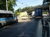 Modernizacja trakcji tramwajowej pod wiaduktem na Hallera może się opóźnić. W tym tygodniu znowu zaklinowała się tam ciężarówka