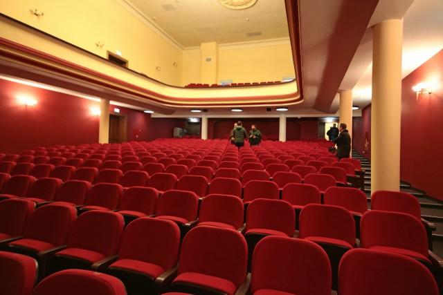 """Kompleksowy remont teatru można uznać za oficjalnie zakończony.  W środę z rąk budowlańców z firmy """"Krupiński"""" budynek przejęło Centrum Kultury Teatr. W przebudowanej sali widowiskowej zamontowano o około 20 więcej foteli niż dotychczas. Prace kosztowały 13 mln zł, z czego 7,3 mln to dotacja unijna."""