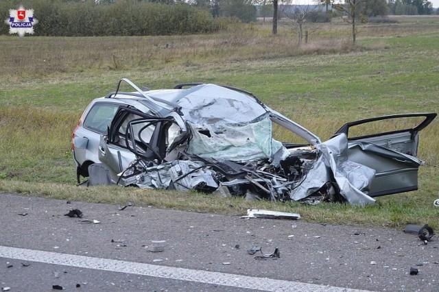 W środę w miejscowości Chojno Nowe Drugie pow. chełmski 62-latek kierujący volvo podczas wyprzedzania kilku pojazdów zderzył się czołowo z nadjeżdżającą z naprzeciwka ciężarową scanią. Mężczyzna zginął na miejscu.