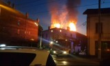 Pożar kamienicy w Katowicach. Ogień objął piętro i dach [ZDJĘCIA]