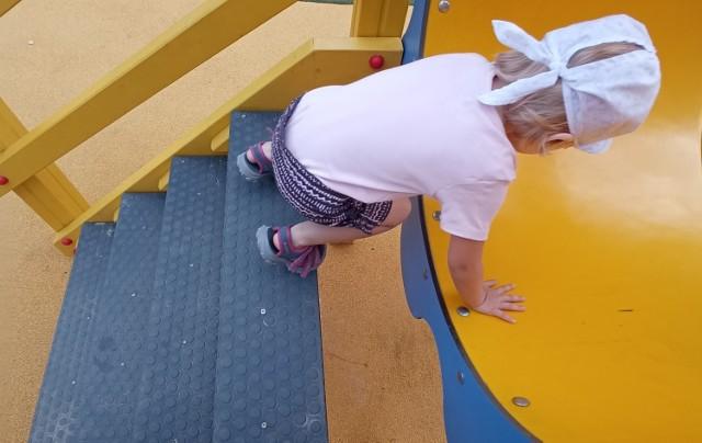 Zjeżdżalnia słoń wygląda tak, jakby ktoś zapomniał zamontować jednego stopnia. Dziecko łatwo może wpaść w dziurę.