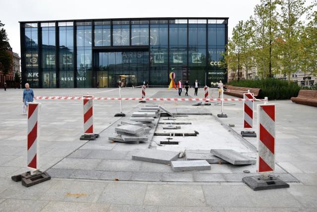 Na placu Kopernika w Opolu wygrodzono część fontanny i zdemontowano płyty. Opolanie dociekają, dlaczego urządzenie nie działa. Inwestor milczy. Zobacz i czytaj więcej w galerii.