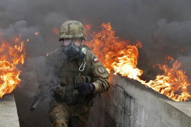 """Na zajęciach z ochrony przed bojowymi środkami zapalającymi oraz z użyciem napalmu jest zawsze """"gorąco"""" dosłownie i w przenośni.   Wszystko za sprawą wszechobecnego ognia i kłębiącego się, dymu, który ograniczał widoczność podczas pokonywania toru składającego się z szeregu przeszkód.   Przy każdej z nich, w specjalnie przeznaczonych do tego celu rynnach i wgłębieniach podpalono napalm. To środek zapalający, który składa się ze specjalnego proszku, substancji zagęszczającej oraz benzyny."""