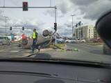 Wypadek w Poznaniu. Na skrzyżowaniu ulic Szeligowskiego i Opieńskiego dachowało auto. Jedna osoba jest poszkodowana