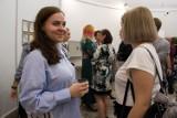 """Wystawa """"Dyplomy 2021"""" w Wieży Ciśnień w Kaliszu ZDJĘCIA"""