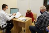 Nowy sondaż. Polacy źle oceniają system rejestracji na szczepienia. Ponad połowa seniorów jest niezadowolona