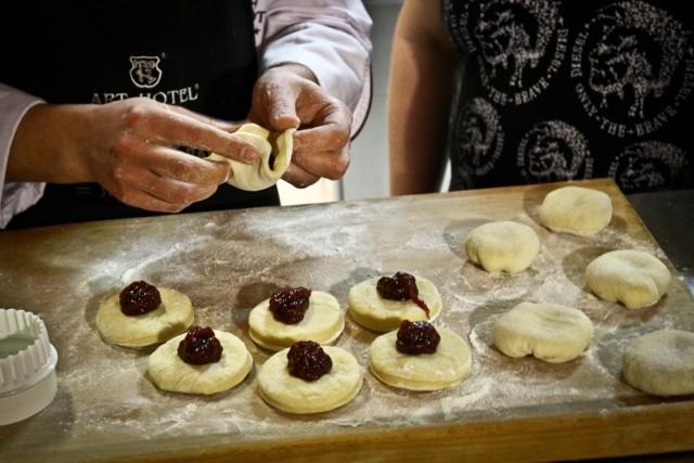 W kolejnym odcinku programu kulinarnego Od Kuchni, wspólnie z Szefem Cukierni Art Hotelu Krzysztofem Parysem, doradzamy jak przygotować pachnące i smakowite pączki z nadzieniem różanym