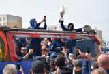 Parada ZAKSY Kędzierzyn-Koźle ulicami miasta po wygranej w Lidze Mistrzów. Siatkarze i kibice wspólnie świętowali wygraną