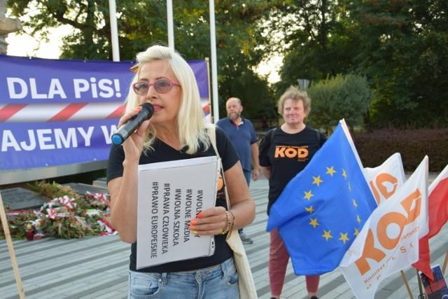 Manifestacja, zorganizowana przez opolski oddział Komitetu Obrony Demokracji, odbyła się dziś (14.09) na placu Wolności w Opolu. Podobne wydarzenia były zaplanowane również w 20 innych miastach w Polsce.