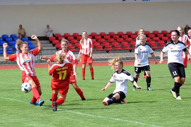 W końcówce spotkania Marta Fierek (w środku) miała okazję na wyrównanie, piłka jednak o centymetry minęła słupek.