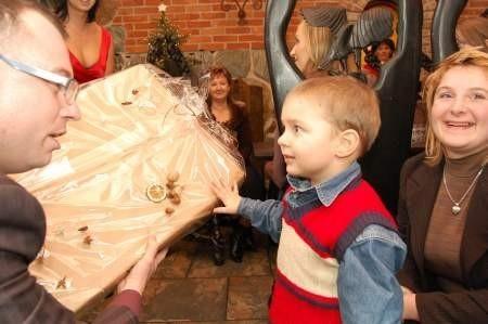 Wielkie oczy na widok równie wielkiego prezentu zrobił trzyletni Jakubek Bylewski, który także dostał prezent od Jarosława Klauzo. Zaraz potem rozpakował go krzycząc z zachwytu. Fot. Maria Sowisło