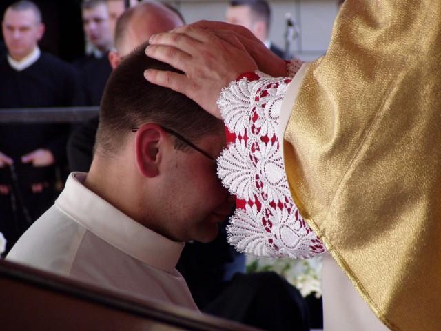 Liczba kandydatów do kapłaństwa maleje. Na dodatek, nie wszystkim, którzy rozpoczynają formację udaje się dotrwać do święceń