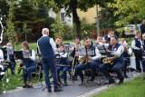 W Sławnie tłum przy fontannie na koncercie orkiestry. Byliście? Znajdźcie się na ZDJĘCIACH