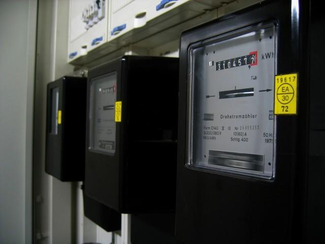 Ile energii elektrycznej zużywa lodówka, telewizor, kuchenka elektryczna, pralka, laptop czy ładowarka? Które urządzenia zużywają najwięcej energii w domu? Warto to wiedzieć, by kontrolować wydatki, zwłaszcza że rachunki za prąd co roku wzrastają.   Eksperci PGNiG sprawdzili, ile prądu zużywają poszczególne sprzęty domowe. Są to wyniki uśrednione, bo jedne gospodarstwa domowe mogą częściej używać danego urządzenia, inne – rzadziej.   Zobacz, które urządzenia pobierają najwięcej prądu w poniższej galerii >>>>>