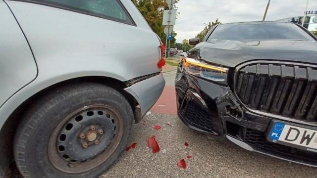 Proceder wyłudzania odszkodowań z polis OC i AC jest szkodliwy nie tylko dla ofiar wypadków, ale dla wszystkich kierowców, bo wszyscy muszą płacić za ubezpieczenia. Liczba zdarzeń sprawia, że proporcjonalnie rosną składki ubezpieczeń dla właścicieli samochodów. Towarzystwa ubezpieczeniowe walczą z oszustami, ale próby wyłudzeń się powtarzają. Oto najpopularniejsze sztuczki.  Czytaj dalej. Przesuwaj zdjęcia w prawo - naciśnij strzałkę lub przycisk NASTĘPNE  POLECAMY: Najmniej i najbardziej awaryjne samochody. Oto najnowszy raport ADAC. Jakie marki są niezawodne? Których lepiej unikać? Zobacz LISTĘ