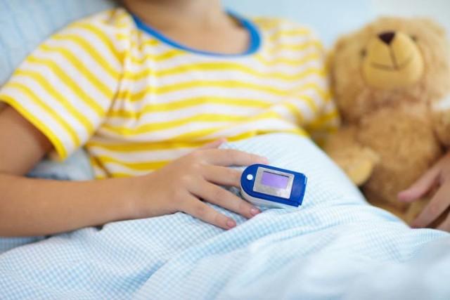 Gorączka i ostry ból brzucha to dwa najczęstsze objawy nowej choroby u dzieci PIMS, czyli pediatrycznego wieloukładowego zespołu zapalnego, na jakie rodzice powinni zwracać uwagę. Charakterystyczne są także czerwone, popękane usta, opuchnięte dłonie i stopy, czy wysypka na ciele. Niektóre objawy PIMS mogą przypominać chorobę Kawasakiego, czyli ostrą chorobę zapalną małych i średnich naczyń, ale wiele z nich jak mówi dr Sabina Langer-Wójcik ze Szpitala Dziecięcego w Toruniu, gdzie zdiagnozowano już kilka przypadków PIMS, może być podobnych do innych chorób charakterystycznych dla wieku dziecięcego, zwłaszcza w okresie jesienno-zimowym.  CZYTAJ DALEJ >>>>>
