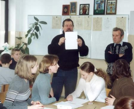 Warsztaty malarstwa na szkle zorganizowane były już w Lubni cztery lata temu. Na zdjęciu instruktorzy: Zygmunt Kędzierski (po lewej) i Józef Chełmowski. Fot. Maria Sowisło