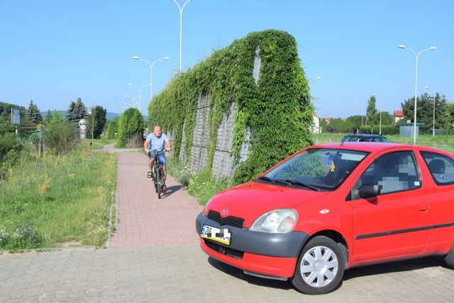 Kierowca, który skręca z ulicy Krakowskiej nie widzi, co się dzieje na chodniku bo widoczność zasłania ekran akustyczny.