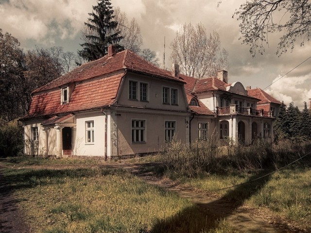 Widoczny na zdjęciu dworek  z XVIII w. w Ostrowie nad Gopłem  wrócił do rodziny Trzcińskich