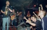 """Pamiętacie klub """"Dwunastki"""" w rynku w Wałbrzychu? Zdjęcia koncertów Kazika z zespołem """"Kult"""" w 1998 roku. Zobaczcie"""