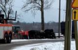 Kierowca ciężarówki wjechał do rowu pod Wołczynem. Nie chciał zderzyć się z innym samochodem [ZDJĘCIA]
