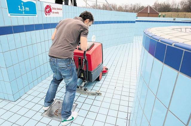 Do czyszczenia posadzki specjaliści używają specjalnej maszyny myjącej. Ściany myte są szczotkami i wodą pod wysokim ciśnieniem.