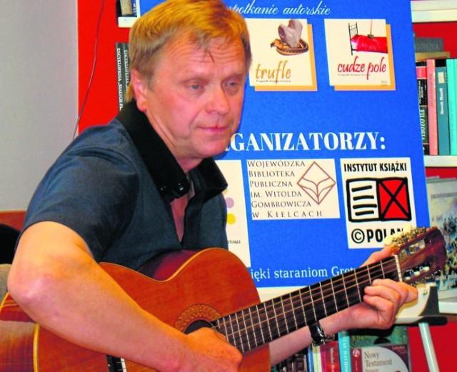 Pisarz, dziennikarz... i pieśniarz. Podczas spotkania w książnicy przy Kolejowej Jan Grzegorczyk prezentował swój talent wokalny.