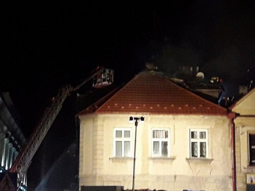 Pożar kamienicy w centrum Bochni. Budynek z arkadami przy ulicy Szewskiej w płomieniach [ZDJĘCIA]