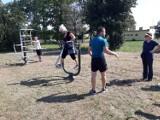 Gmina Niechlów. Seniorzy pod okiem trenera i instruktora ćwiczyli na siłowni zewnętrznej. Pozyskali dotację na te zajęcia [ZDJĘCIA]