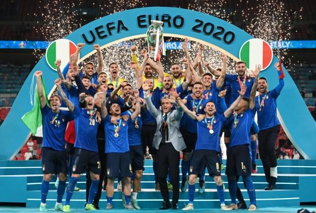 Euro 2020. 1968 rok i 2021 - te lata zapisują się złotymi zgłoskami w historii włoskiej piłki. Italia okazała się w nich najlepsza na Starym Kontynencie. W niedzielę po rzutach karnych okazała się lepsza od Anglii na Wembley. Zobaczcie, jak Włosi cieszyli się z tytułu mistrza Europy.