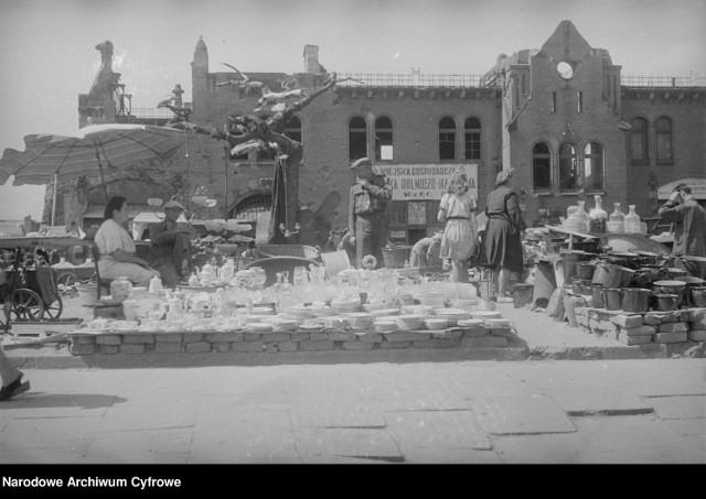 Handel przed ruinami Hal Targowych przy Placu Kazimierza Wielkiego