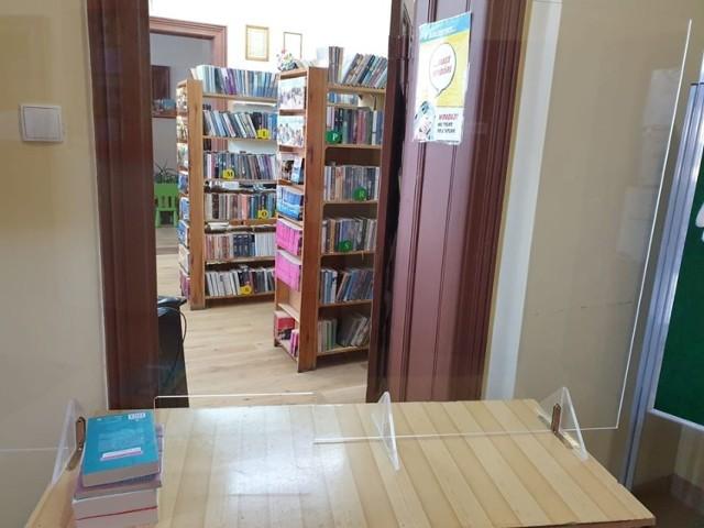 Wójt gminy Unisław otwiera - po przerwie spowodowanej pandemią koronawirusa - bibliotekę gminną