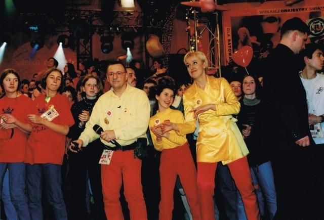 Już pierwsze finały Wielkiej Orkiestry Świątecznej Pomocy wygenerowały tradycję, która trwa do dziś. Czerwone spodnie, żółta koszula i czerwone okulary Jurka Owsiaka to prawie jak mundurek jednej niedzieli w roku.  Na zdjęciu jeden z pierwszych finałów WOŚP. Jurek Owsiak i Agata Młynarska w czasie prowadzenia telewizyjnej relacji na żywo.
