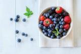 Flawonoidy obniżają ciśnienie krwi dzięki bakteriom jelitowym! Naukowcy potwierdzają: jagody i czerwone wino pomagają zwalczyć nadciśnienie!